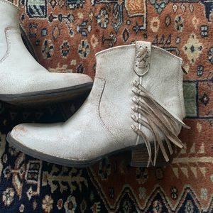 Very Volatile Lookout white ankle fringe booties